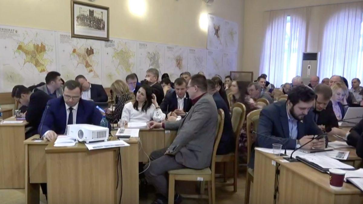 Скандал на заседании Мунсовета: Киртоакэ едва не ввязался в драку с коллегами