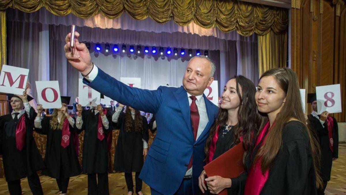 """FOTO. VIDEO. Igor Dodon a premiat 200 de absolvenți pentru performanțe: """"Este un gest de atenție și de încurajare"""""""