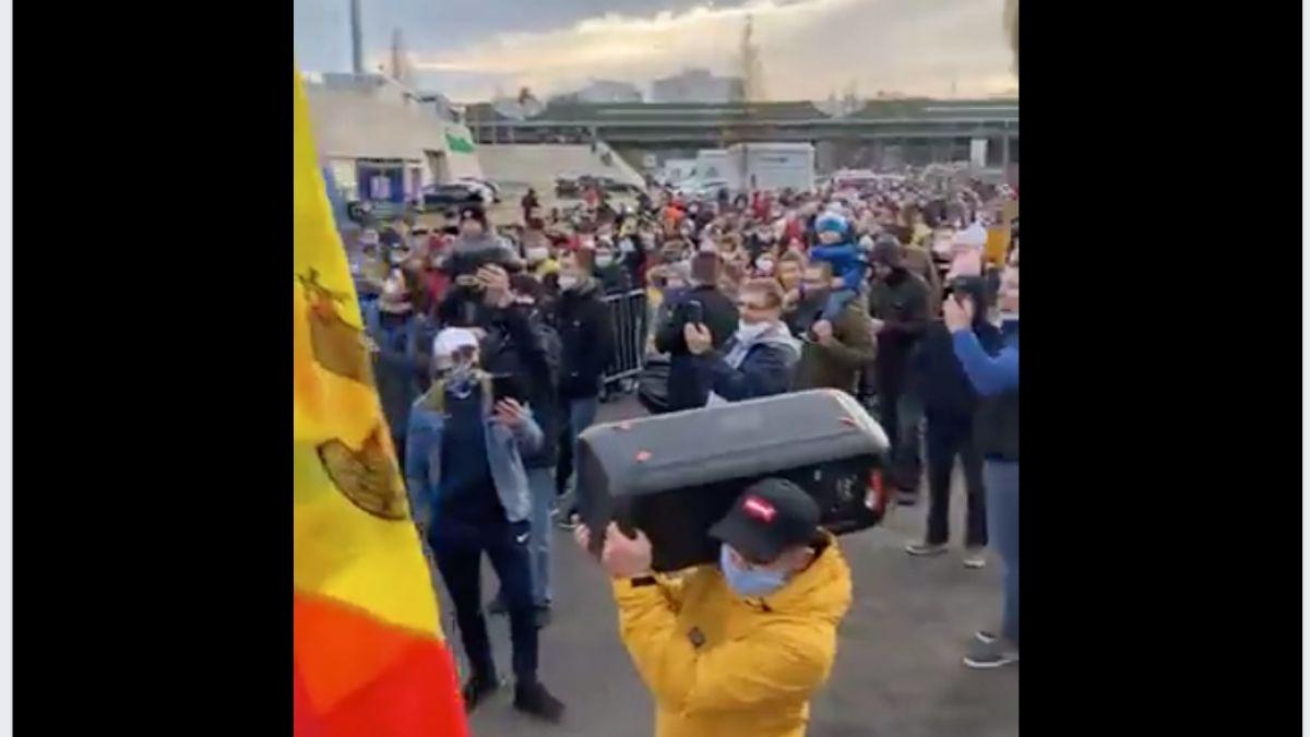 Sute de moldoveni stau în rând la secția de votare din Frankfurt. Tinerii au adus boxe din care răsună muzica populară (VIDEO)