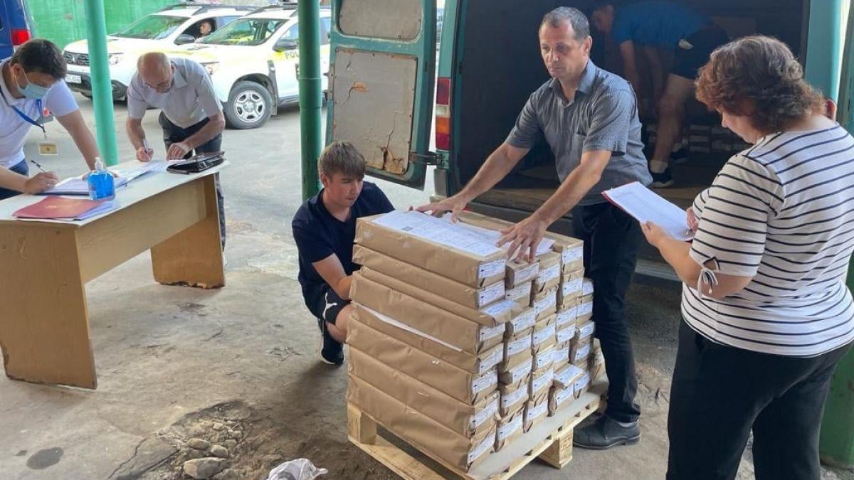 Pregătiri electorale în toi: A început repartizarea buletinelor de vot (FOTO)