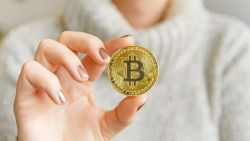 Bitcoin-ul se apropie de un nou apogeu. Cât costă acum moneda digitală