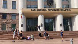 Un grup de activiști protestează în fața Parlamentului. Aceștia solicită o mai mare transparență în ceea ce privește soarta Stadionului Republican