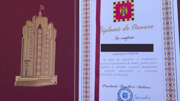 Eroare de tipar sau altceva? Pe una dintre diplomele înmânate de Maia Sandu absolvenților ar apărea numele lui… Igor Dodon (FOTO)