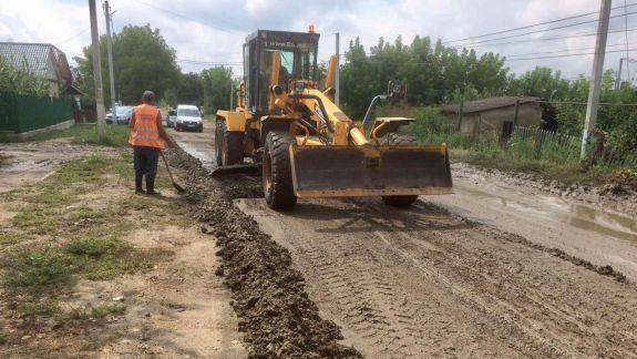 Drumuri distruse și înnămolite, după ploile din prima săptămână de august. Sunt evaluate pagubele (FOTO)