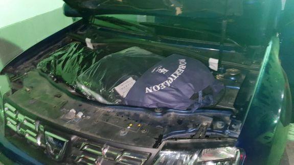 Au încercat să ascundă bunuri nedeclarate sub capotele vehiculelor. Ce pedeapsă riscă persoanele