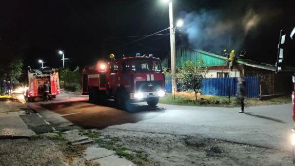 O casă de locuit din orașul Căușeni, cuprinsă de flăcări în această noapte. Focul a distrus acoperișul, în proporție de 50%