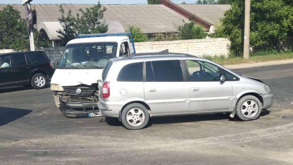 Accident cu implicarea a două autoturisme, la Chișinău