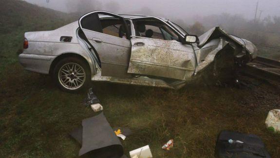 Accident la Ceadîr-Lunga: Un BMW a ieșit de pe carosabil și s-a răsturnat într-un șanț. Două persoane, blocate între fiare (FOTO)
