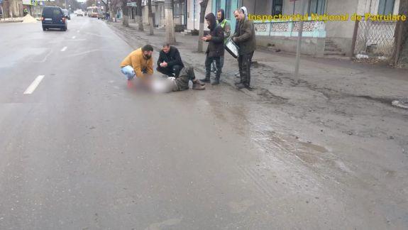 Accident violent la Bălți. Un șofer a lovit cu mașina un pieton, l-a călcat, după care a fugit de la fața locului (VIDEO)