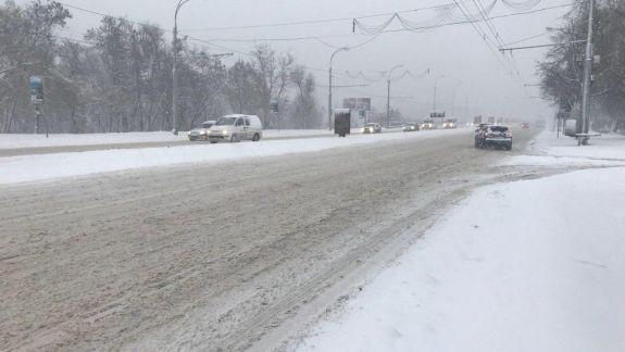 Ambuteiaje și drumuri fără trotuare. Cum se circulă de dimineață prin Chișinău (VIDEO)