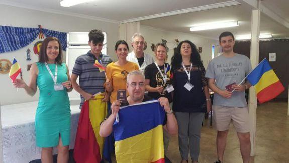 Au dansat în horă și au cântat colinde și cântece pline de emoții. Iată cum votează românii din diasporă (VIDEO)