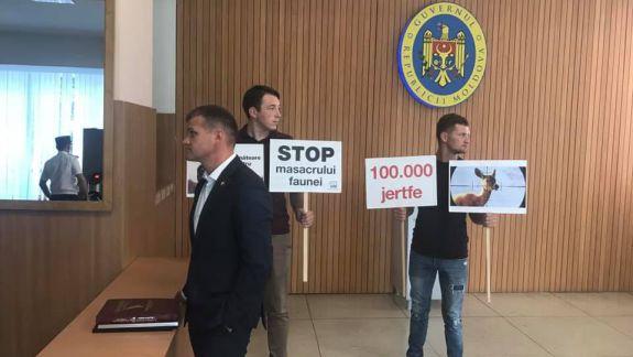 Cartea Roșie pentru Maia Sandu, salam de Moscova pentru Igor Dodon. USB a protestat în fața Guvernului (FOTO, VIDEO)