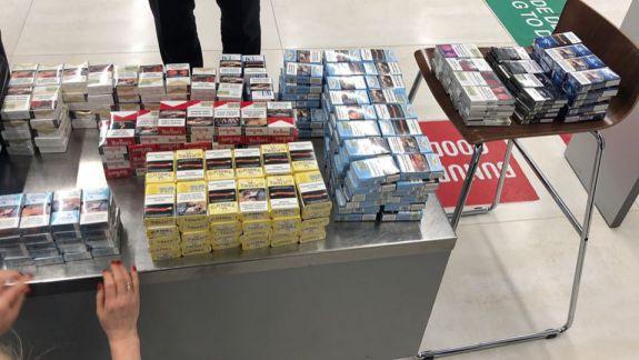 Circa 900 de pachete de țigări, în bagajele cetățenilor străini. Trei persoane, reținute pe Aeroportul Internațional Chișinău