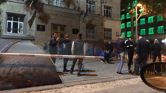 Corturi instalate în fața MAI, PG și a Guvernului. Năstase: Se pregătește reținerea deputaților (VIDEO, FOTO)