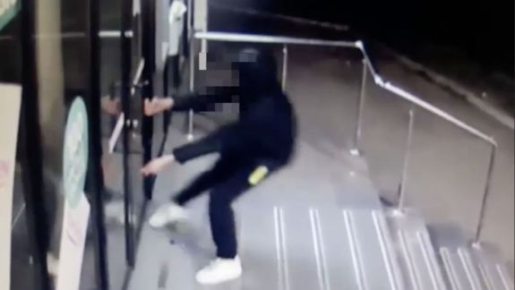 Cum are loc un furt într-o bancă. Camerele de supraveghere au surprins acțiunile unui hoț minor (VIDEO)