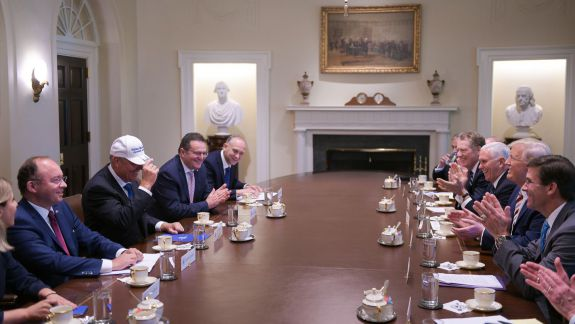 """Donald Trump i-a dăruit lui Klaus Iohannis o șapcă cu inscripția """"Make Romania great again"""" (FOTO)"""