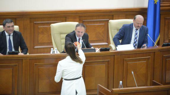 FOTO. VIDEO. Liberala Alina Zotea a revenit în Parlament după o lună de la naștere. A împărțit mere deputaților