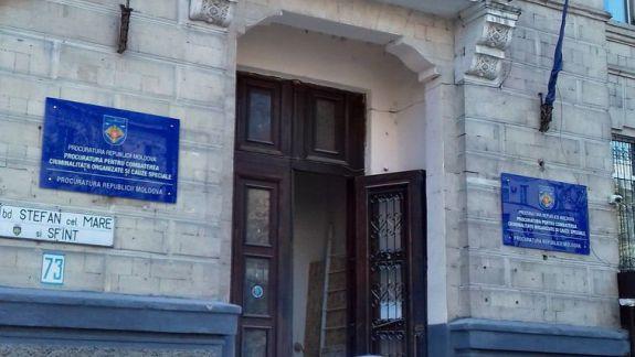 Intrarea în sediul PCCOCS, vandalizată în această noapte. Bănuitul a fost reținut
