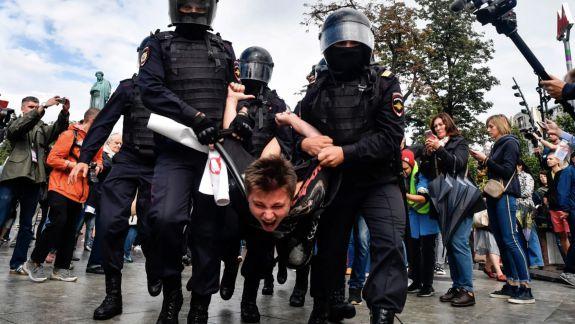"""Kremlinul consideră """"justificată"""" fermitatea poliţiei din timpul manifestațiilor de la Moscova"""