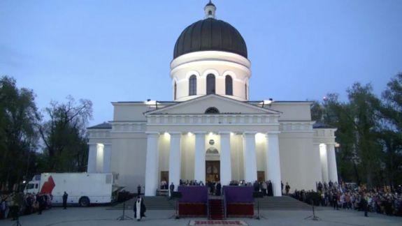 Lumina Sfântă a ajuns la Chișinău. UPDATE: Iată declarațiile mitropolitului și ale președintelui (VIDEO)