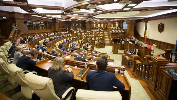 Luni aflăm data la care plenul Parlamentului va dezbate moțiunea contra Guvernului Sandu