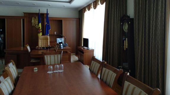 Luxul de la Guvern sau cum arată cabinetul fostului vicepremier Leancă și cel al ex-secretarului general (FOTO)