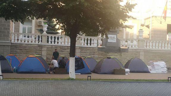 """Ploaia a mai """"rărit"""" protestatarii. Cum arătau azi-dimineață corturile din fața PG și MAI (FOTO)"""