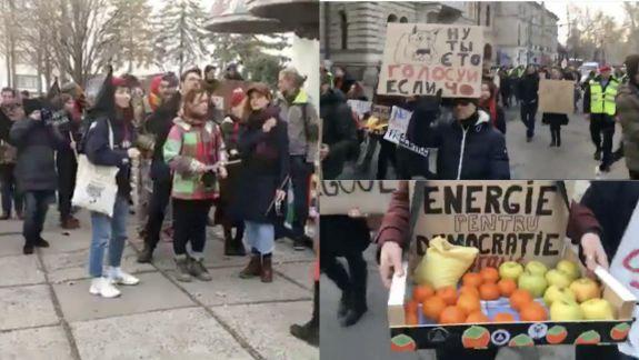 Protest în capitală. Cu tobe și pancarte, activiștii Occupy Guguță mărșăluiesc prin centrul orașului (VIDEO)
