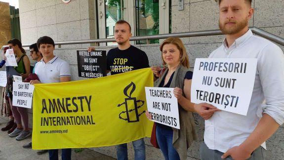 """Protest la Ambasada Turciei de la Chișinău: """"Profesorii nu sunt teroriști. Cerem un proces echitabil"""" (FOTO, VIDEO)"""