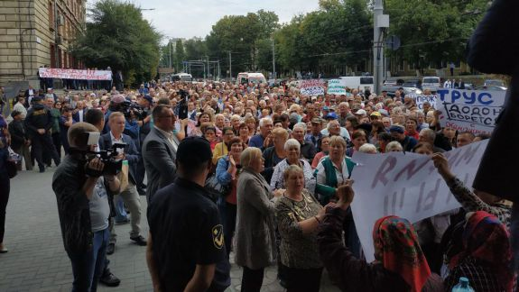 UPDATE: Protestul din fața CNA s-a încheiat. Mulțimea a cerut eliberarea deputatelor Tauber și Apostolova (FOTO)