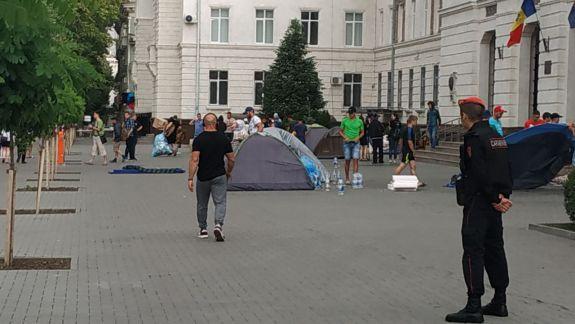 Protestatarii PD își strâng corturile din fața Guvernului (VIDEO, FOTO)