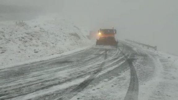România: Avertisment pentru șoferi - pe Transfăgărășan se circulă în condiții de iarnă (VIDEO)