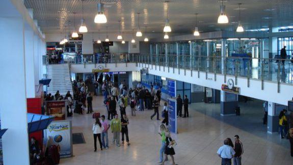 Un om al legii ar fi pretins bani de la o tânără, pe Aeroportul Chișinău. Poliția de Frontieră se absolvă de vină și indică spre un angajat al Vămii