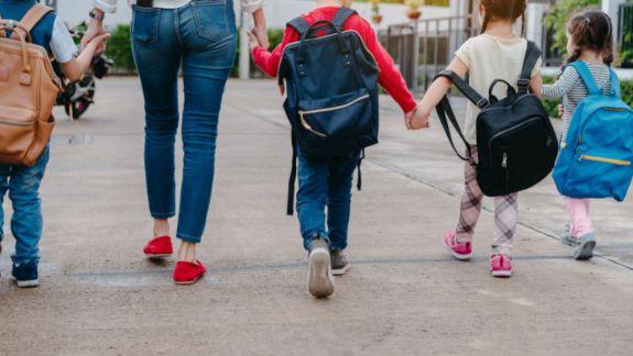 Sondaj: 50% dintre părinți și-ar trimite copiii să învețe peste hotare, iar 40% cred că elevii au prea multe teme pentru acasă