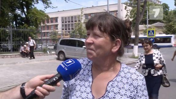 Spune că primește 500 de lei pentru a sta în fața CC și că a fost adusă acolo de Partidul Șor (VIDEO)