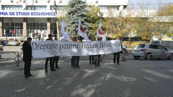 """Susținătorii lui Băsescu au venit să-i ceară dreptate la CSJ: """"Dodon, nu fi rău, va veni și rândul tău"""""""