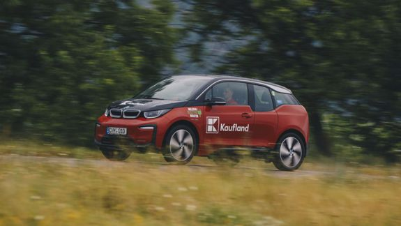 Veste bună pentru șoferii de mașini electrice: Toate magazinele Kaufland Moldova vor avea staţii publice de încărcare a automobilelor electrice!