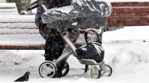 Un copil a murit de frig, după ce a fost lăsat să doarmă la balcon