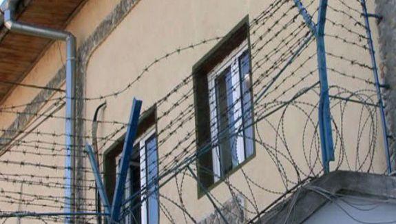 """Mai mulți deținuți îl șantajau pe un coleg din închisoare să achite bani în """"общак"""" (VIDEO)"""