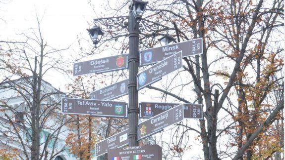 Un pilon informativ cu orașele înfrățite Chișinăului a fost instalat lângă Primărie
