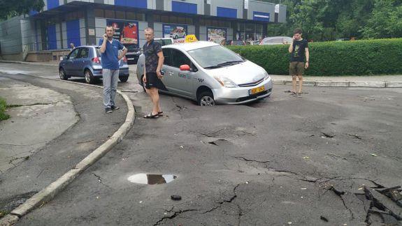 Un șofer a ajuns cu roata mașinii în asfalt după ce s-a surpat un drum din Chișinău