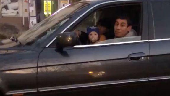 Un șofer a urcat cu bebelușul la volan. A înjurat și a scuipat când i s-a făcut observație (VIDEO)