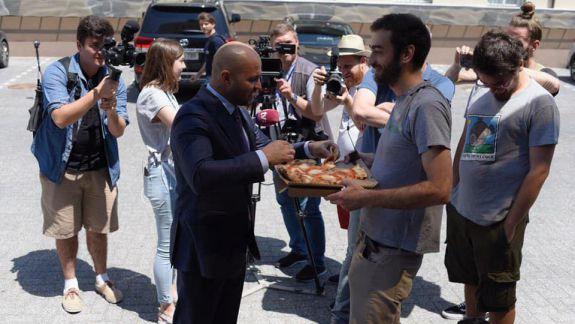 Occupy Guguță s-a dus să mănânce pizza la sediul PD. L-au hrănit și pe Vladimir Cebotari (VIDEO)