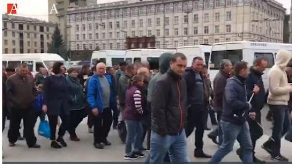 VIDEO. La manifestație și nu prea! Mai multe persoane au negat că se îndreaptă spre evenimentul organizat de PDM, chiar dacă au venit cu transportul organizat de partid