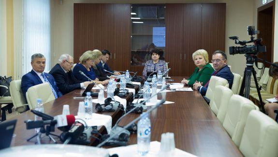 VIDEO. În R. Moldova se menține codul galben de rujeolă. La Parlament au avut loc audieri