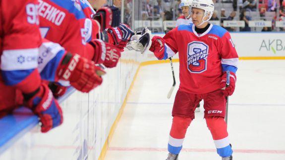 Vladimir Putin a căzut pe gheață la un meci de hochei. Asta după ce a înscris opt goluri (VIDEO)