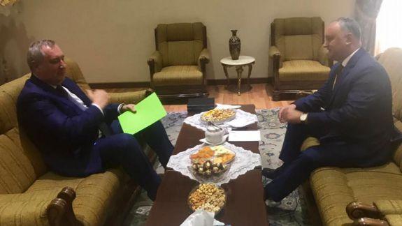 """FOTO. Ce a vrut să spună Rogozin când a venit cu """"o mapă verde"""" la întrevederea cu Dodon"""