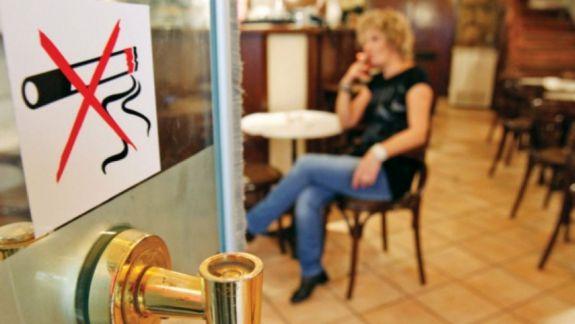 Editorial: Legea interzice fumatul în locurile publice, iar noi fumăm într-o veselie în stațiile de troleibuz
