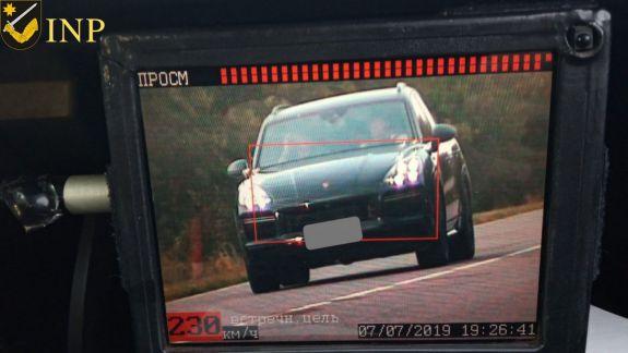 Șofer prins cu 230 de kilometri pe oră. Cu cât s-ar putea mări amenzile pentru depășirea vitezei