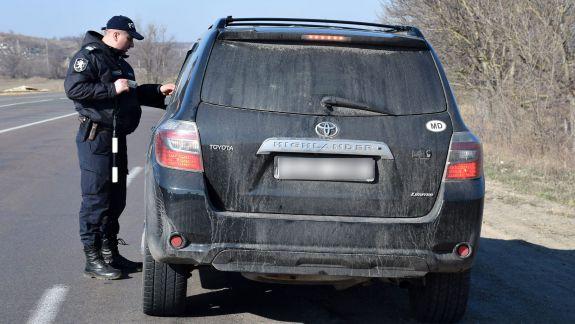 Șoferii cu numere de înmatriculare neutre, obligați să-și aplice pe mașină semnul distinctiv al statului. În caz contrar, riscă amenzi